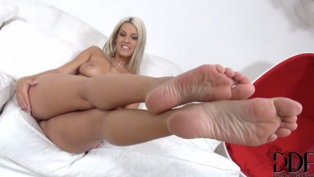 french pedicure blonde