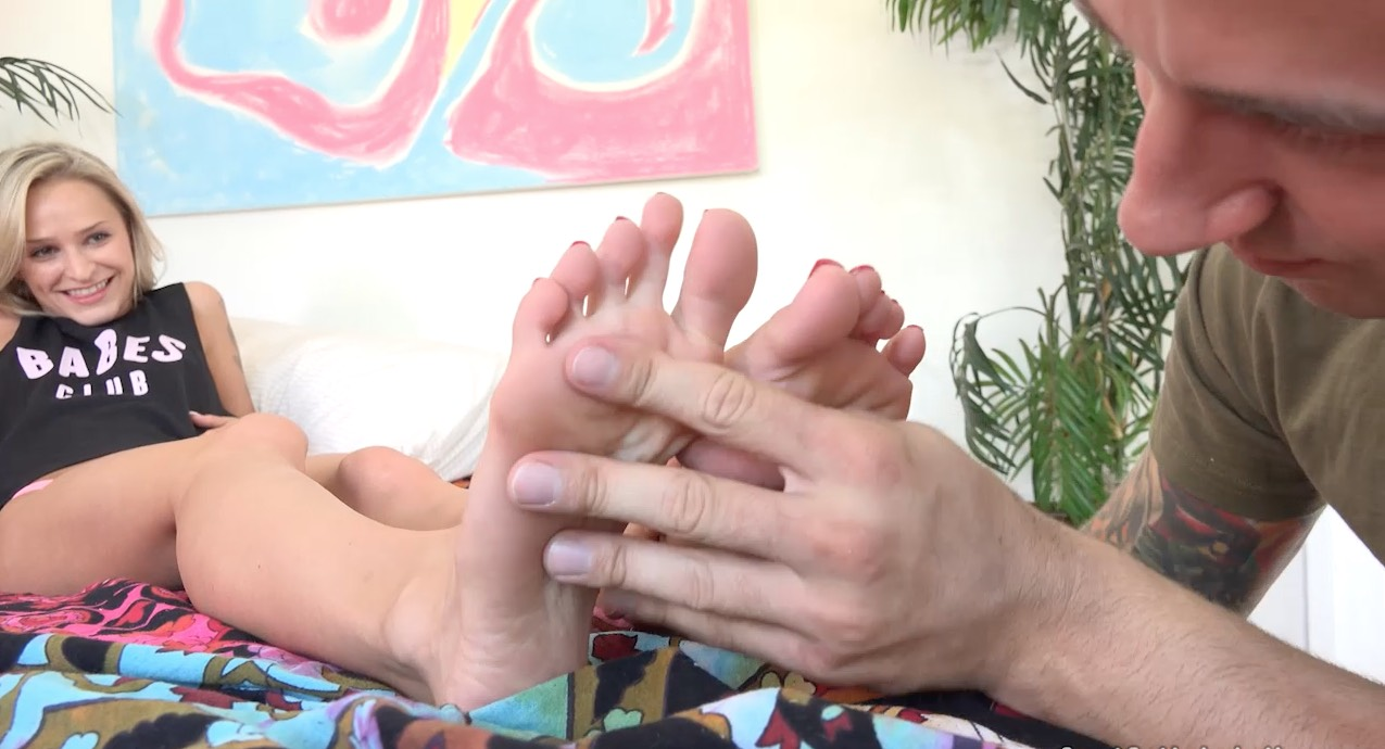 Blonde getting her Feet Sucked on