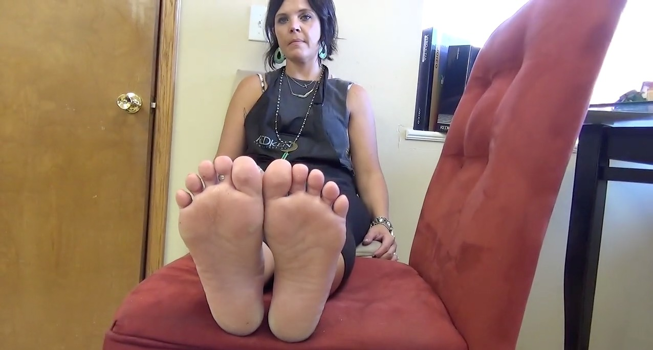 Amateur Mature Chick Posing her Tootsies