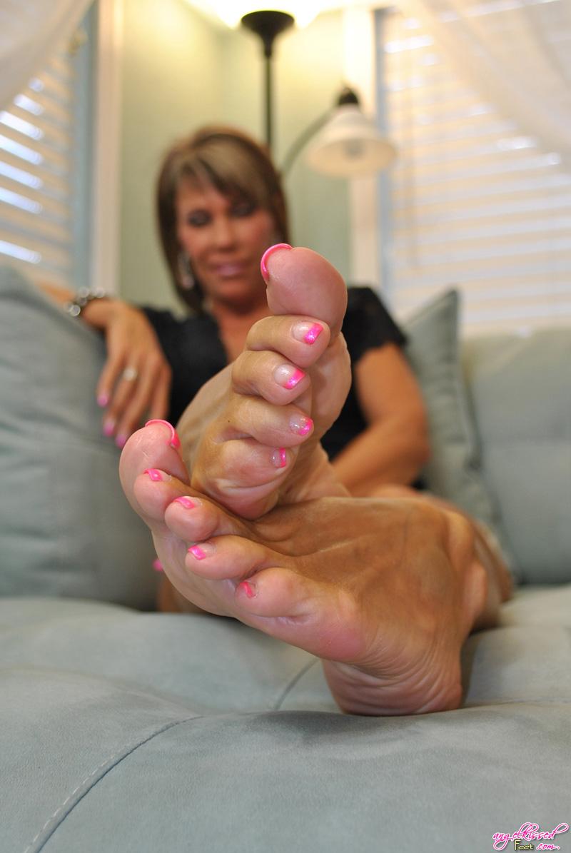 Kiss feet porn — photo 4